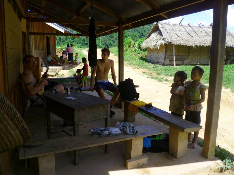 Laos-Gibbon-Experience-Dorf-Gitarre